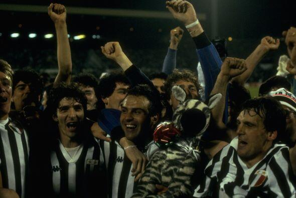 Para 1985 la copa quedó en manos de la Juventus, que super&oacute...