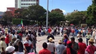 Manifestantes toman la plaza central de Chilpancingo.