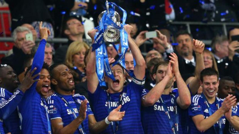 Terry, autor de uno de los goles 'Blues', levanta el trofeo como capitán...