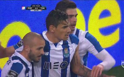 'Tiquinho' Soares clavó el balón en el rinconcito para el 3-0 del Porto