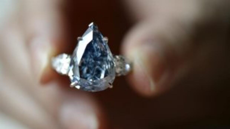"""Una empleada de Sotheby's muestra el diamante """"The Blue"""", de 13.22 kilates."""