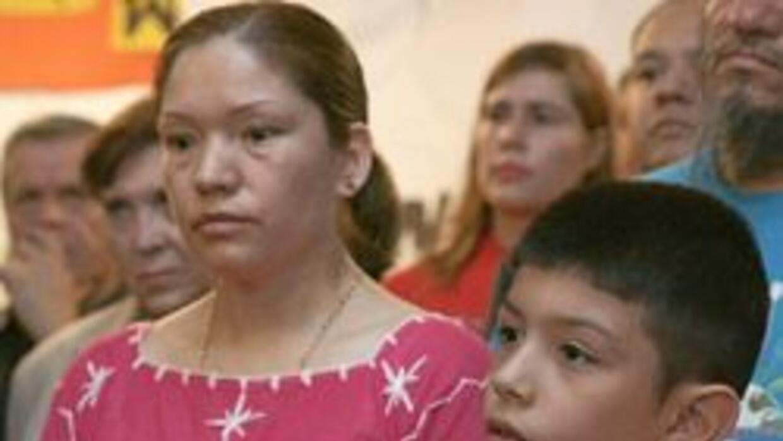 Elvira Arellano, junto a su hijo Saúl, en la iglesia en C hicago.