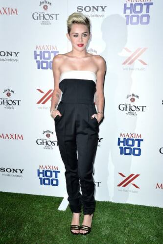 Comenzó a enseñar los hombros y a lucir muy 'hot'. Este 'outfit' es uno...