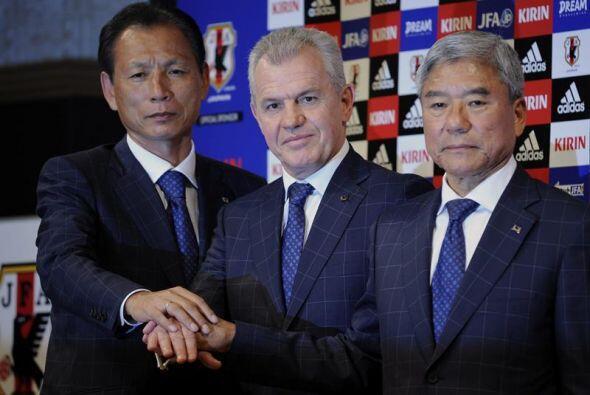 El nuevo entrenador de Japón, el mexicano Javier Aguirre, posó junto al...