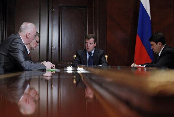 El presidente Dmitry Medvedev sostuvo una reunión de emergercia con el J...