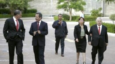 El gobernador de Oaxaca, Gabino Cué, el vocero de la presidencia de la R...