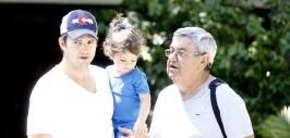 Ashton llevó a Wyatt con su abuelito, el papá de Mila Kunis.