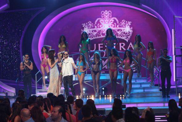 Alejandra Espinoza se acercó a felicitar al cantante.
