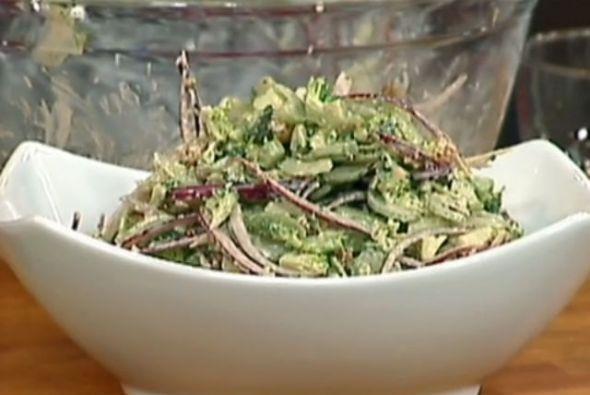 Ensalada de apio y brócoli: El brócoli tiene grandes cantidades de vitam...