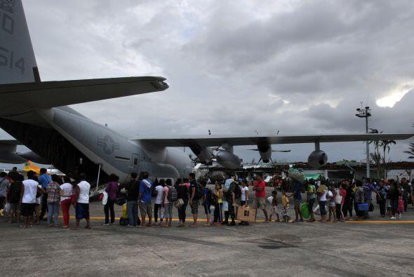 En el aeropuerto de Tacloban, una de las zonas más afectadas, residentes...