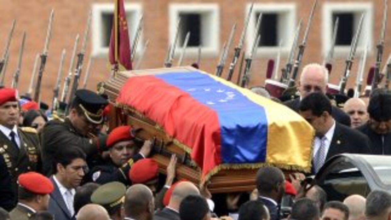 Los restos de Hugo Chávez fueron colocados en un museo mientras el gobie...
