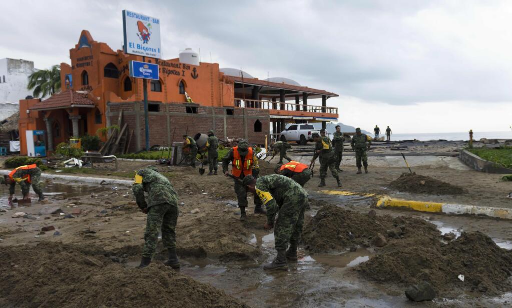 En Manzanillo, Colima, unos soldados limpian los desperfectos que dejó P...