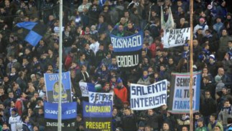 Una parte de los hinchas del Inter comenzó a entonar cánticos en los que...