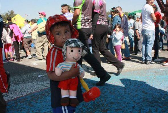 Un pequeño se vistió del Chavo del Ocho y llevó consigo su muñeco Chavito.