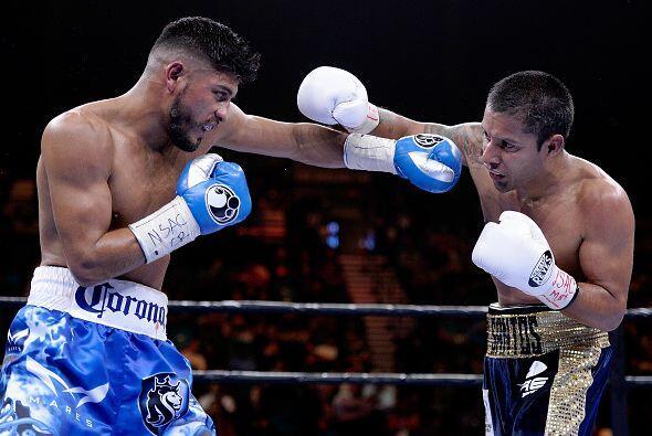 Santos Reyes tiraba más golpes que su oponente, pero era poco efectivo,...