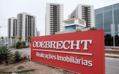 Un cartel con el nombre de la constructora brasileña en la Villa...