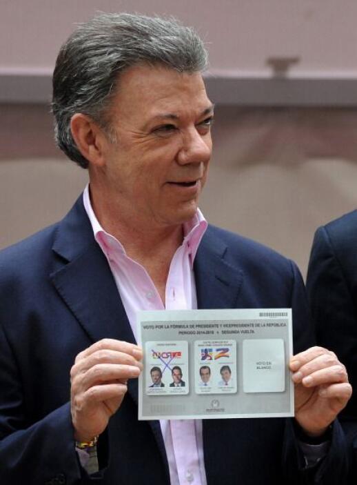 Santos votó poco después de la apertura de los colegios electorales en l...