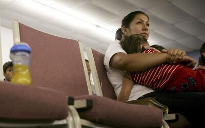 Una madre indocumentada en un centro de detención de la Patrulla Fronter...