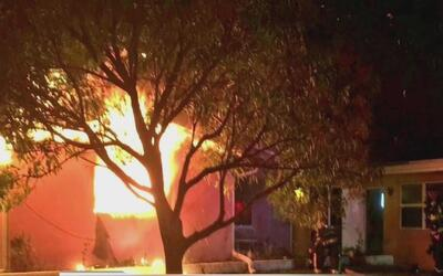 Rescatan a dos adultos y un menor de una vivienda en llamas en Lauderdal...