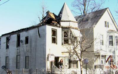 Incendio deja a un bombero y a varios residentes heridos