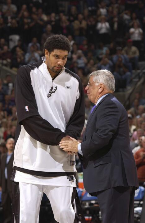 Tim Duncan de los Spurs de San Antonio recibe felicitaciones del comisio...