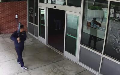 Arrestan a un sujeto por romper los vidrios de una estación de policía d...