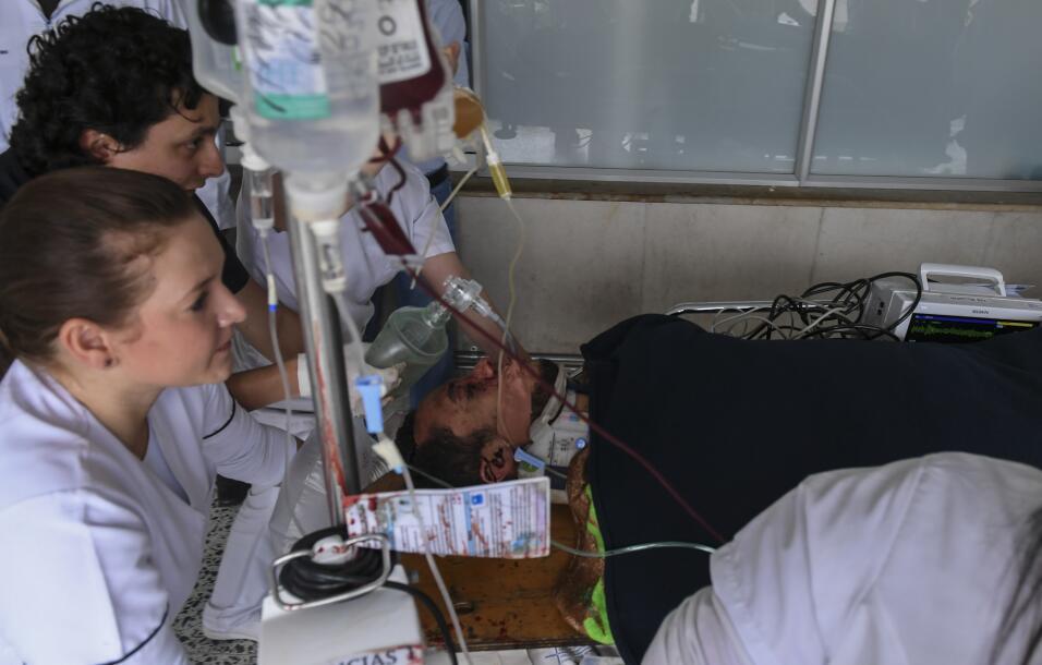 El jugador Helio Neto es atendido por paramédicos en la clínica San Juan...