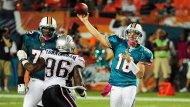 Tyler Thigpen, de los Dolphins de Miami, realizó un pase durante el part...