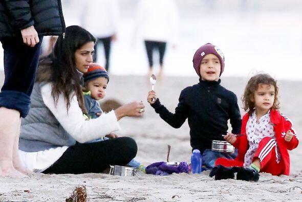Camila Alves cuida a sus tres pequeños en la playa. Mira aquí los videos...