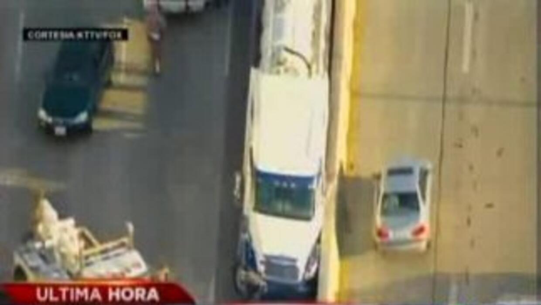 El conductor del camión sufrió un infarto. (Foto cortesía: KTTV).