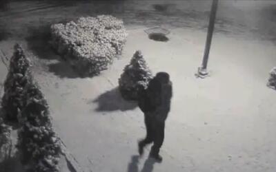 Buscan a dos sospechosos de golpear a un hombre con una pistola y robarl...