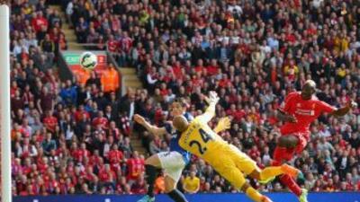 Balotelli falla un tiro ante Everton.