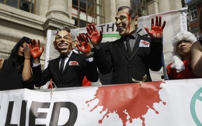 Manifestantes en Londres poco antes de la publicación del informe...