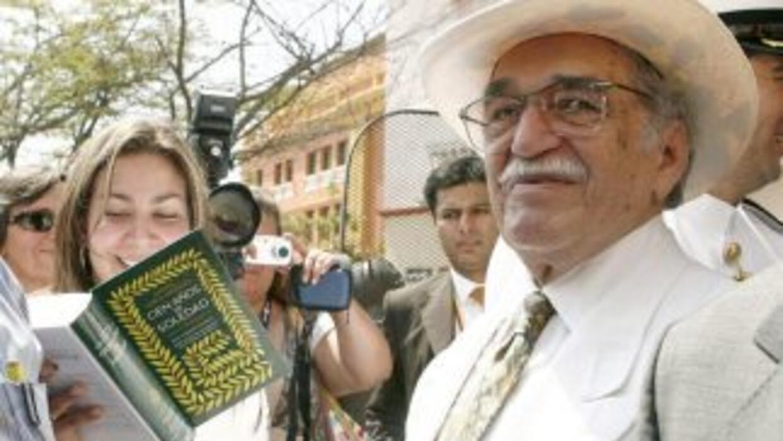 Imagen del 2007 de Gabriel García Márquez, firmando ejemplares de la edi...