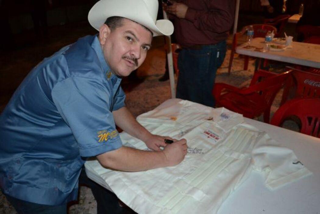 Modelando y firmando autógrafos con el sombrero de Montez de Durango.