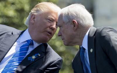 El presidente Trump ha delegado en el fiscal Jeff Sessions gran parte de...