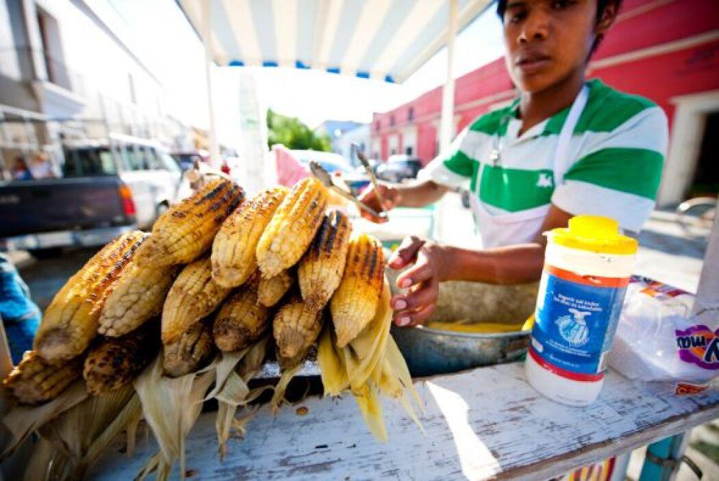 El maíz -o elote como lo llaman en México- se prepara en un palo de made...