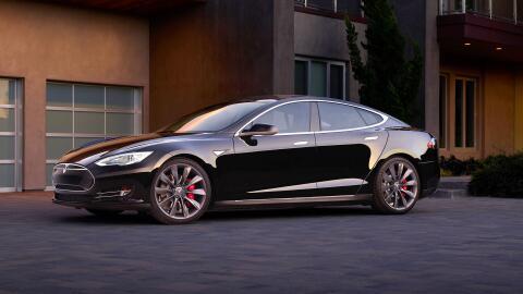 El Model S es uno de los vehículos que Tesla llamó a revis...