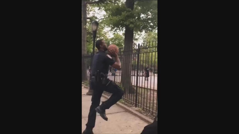 Un policía sorprende a unos jóvenes en Nueva York al encestar una pelota...