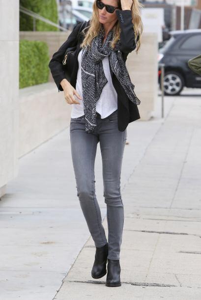 También puedes lucir más casual como Gisele Bundchen, que lleva una blus...