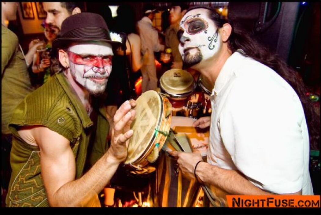 Los músicos Porangui Carvalho McGrew y Mike LaTorre también tocaron sus...