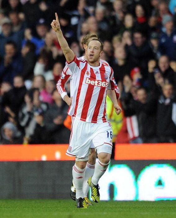 Charlie Adam hizo el único gol del partido que Stoke le ganó al Queens P...