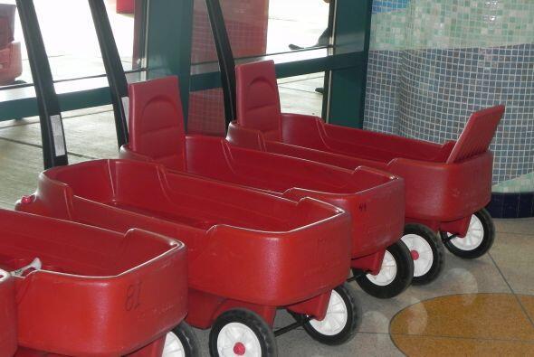 En estos cochecitos transportan a los niños de St. Jude de un departamen...
