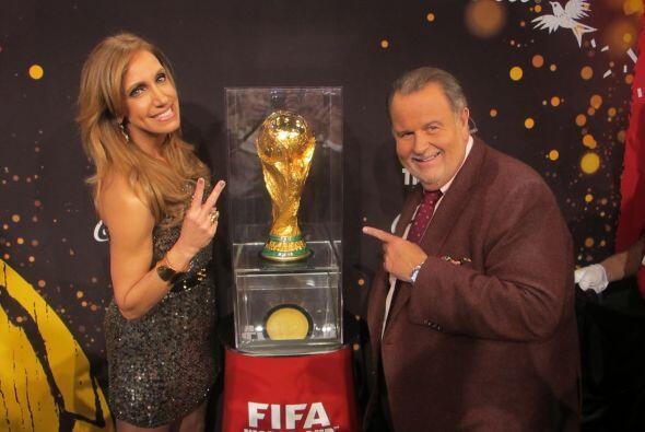 Lili y Raúl posaron con la Copa Mundial, algo que muy pocos han hecho.