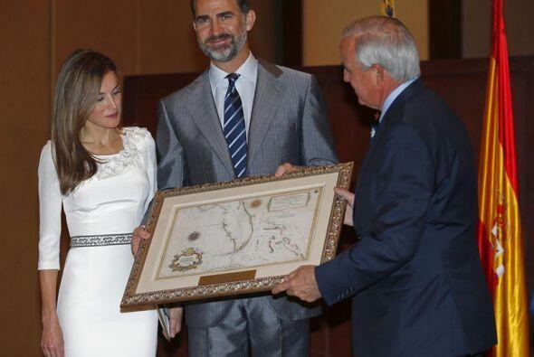 El príncipe Felipe y la princesa Letizia reciben de manos del alcalde de...