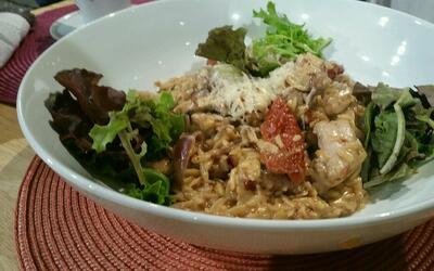 Saludable arroz orzo con caderas y tomates deshidratados