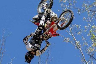 El arriesgado rider de freestyle motocross acaba de romper los límites d...