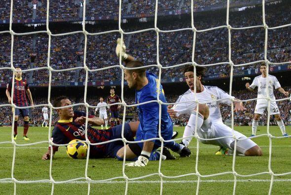 El balón rebotó en Adriano y terminó parando Víctor Valdés. El Madrid re...