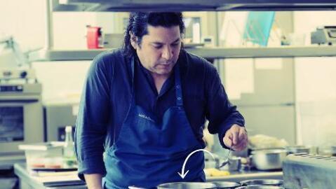 El chef peruano Gastón Acurio cocina para su restaurante.