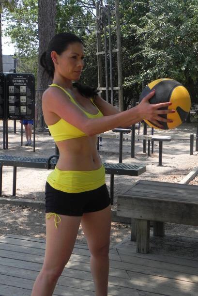 Puedes usar una pelota de basquetball o cualquier otra pelota que tengas...